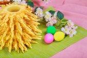 fatti in casa tradizionale lituano sakotis torta uova colorate di pasqua foto stock 148767599