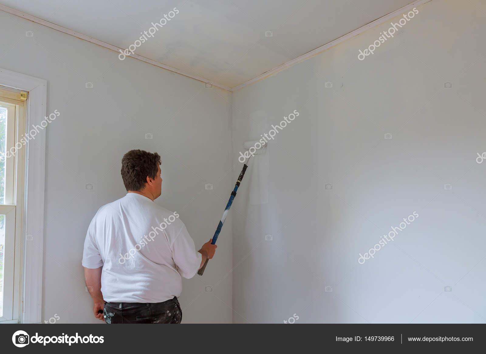 Malarz Człowieka W Pracy Z Wałkiem I Wiaderko ściany Malowanie