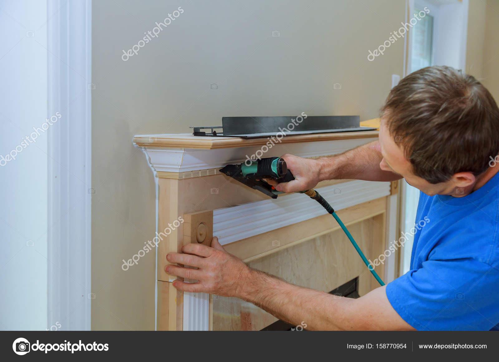 Handyman clavado hasta acentos de moldeo en la casa nueva — Fotos de ...
