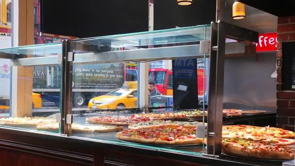 Chodci v New Yorku pitca pizzerie New York City, Ny