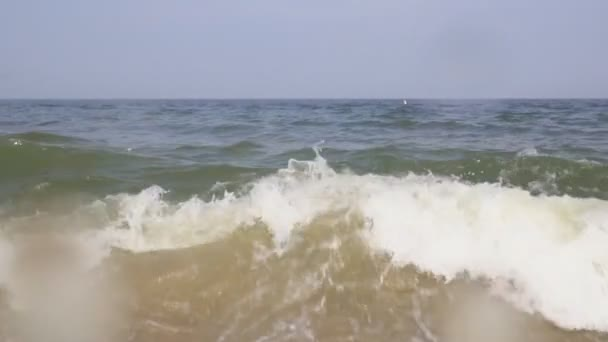Gyönyörű ocean wave törés a naplemente a lassú mozgás