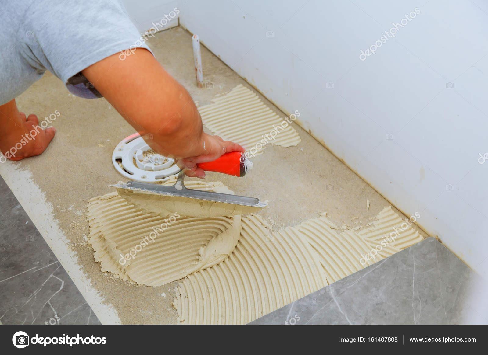 Stijlvol trendy witte keramische tegels met een afschuining op de ...