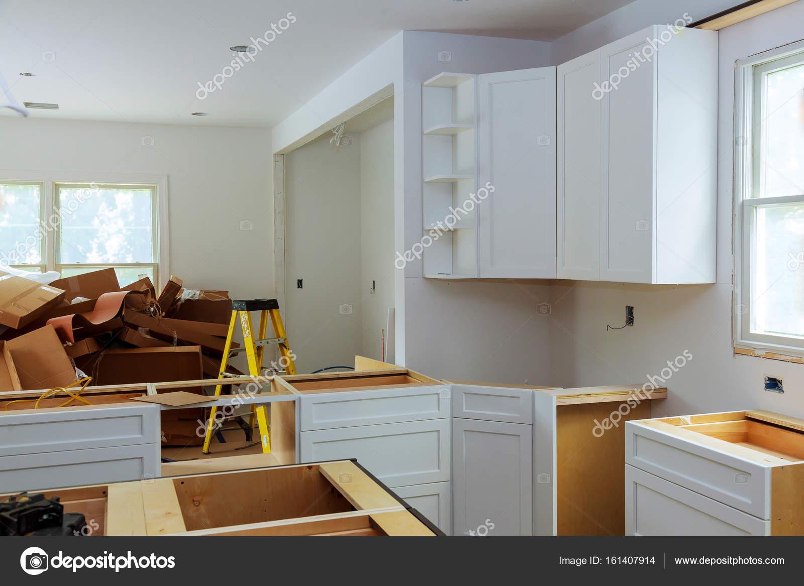 Benutzerdefinierte Küchenschränke in verschiedenen Phasen der ...