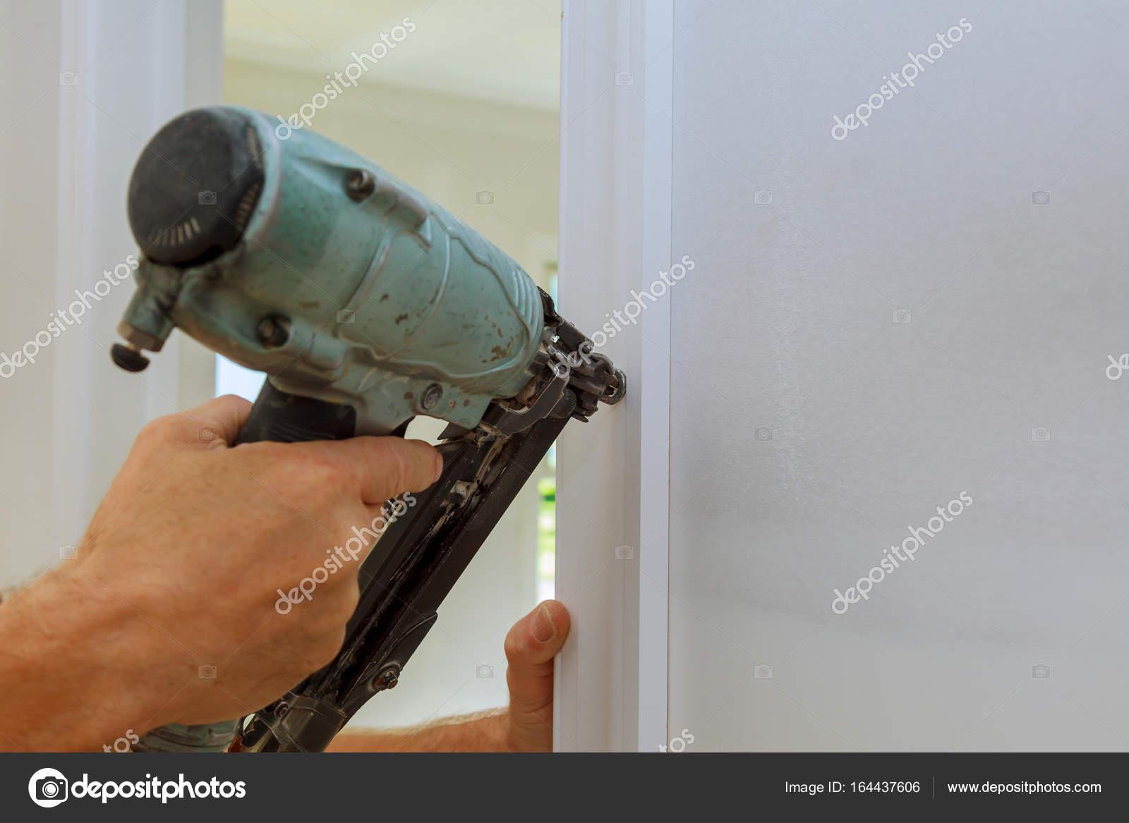 Tischler Brad Nagelpistole an Formteilen an Türen mit — Stockfoto ...