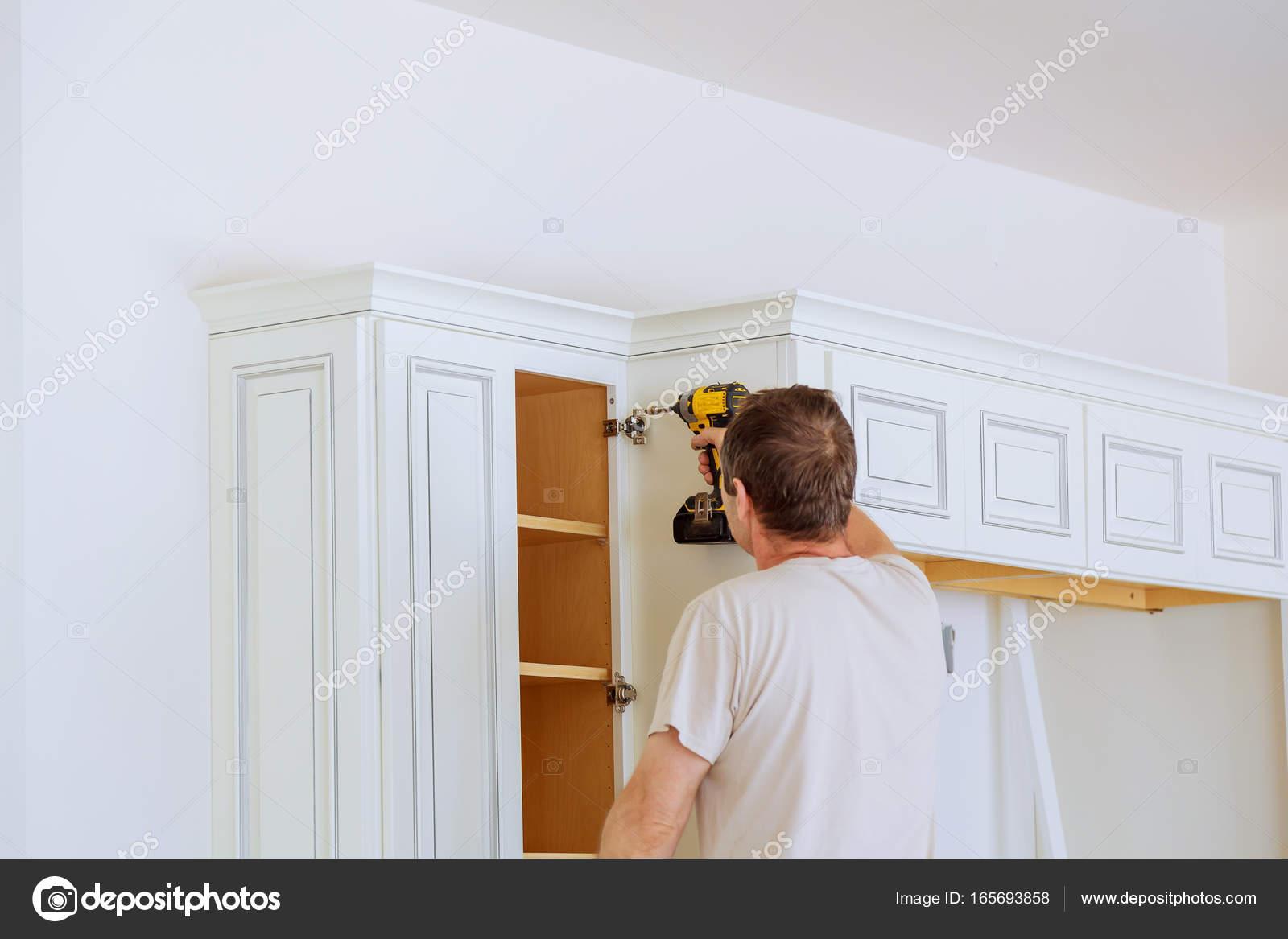 hombre técnico instalación de gabinetes de cocina — Fotos de Stock ...