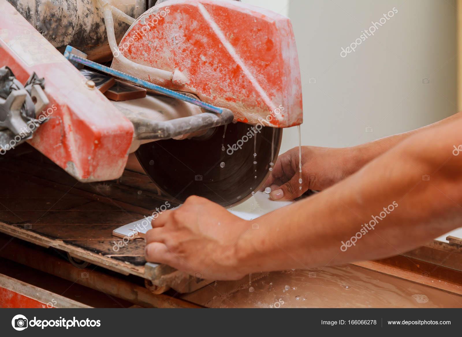 Master tagliare piastrelle sulla macchina u foto stock photovs