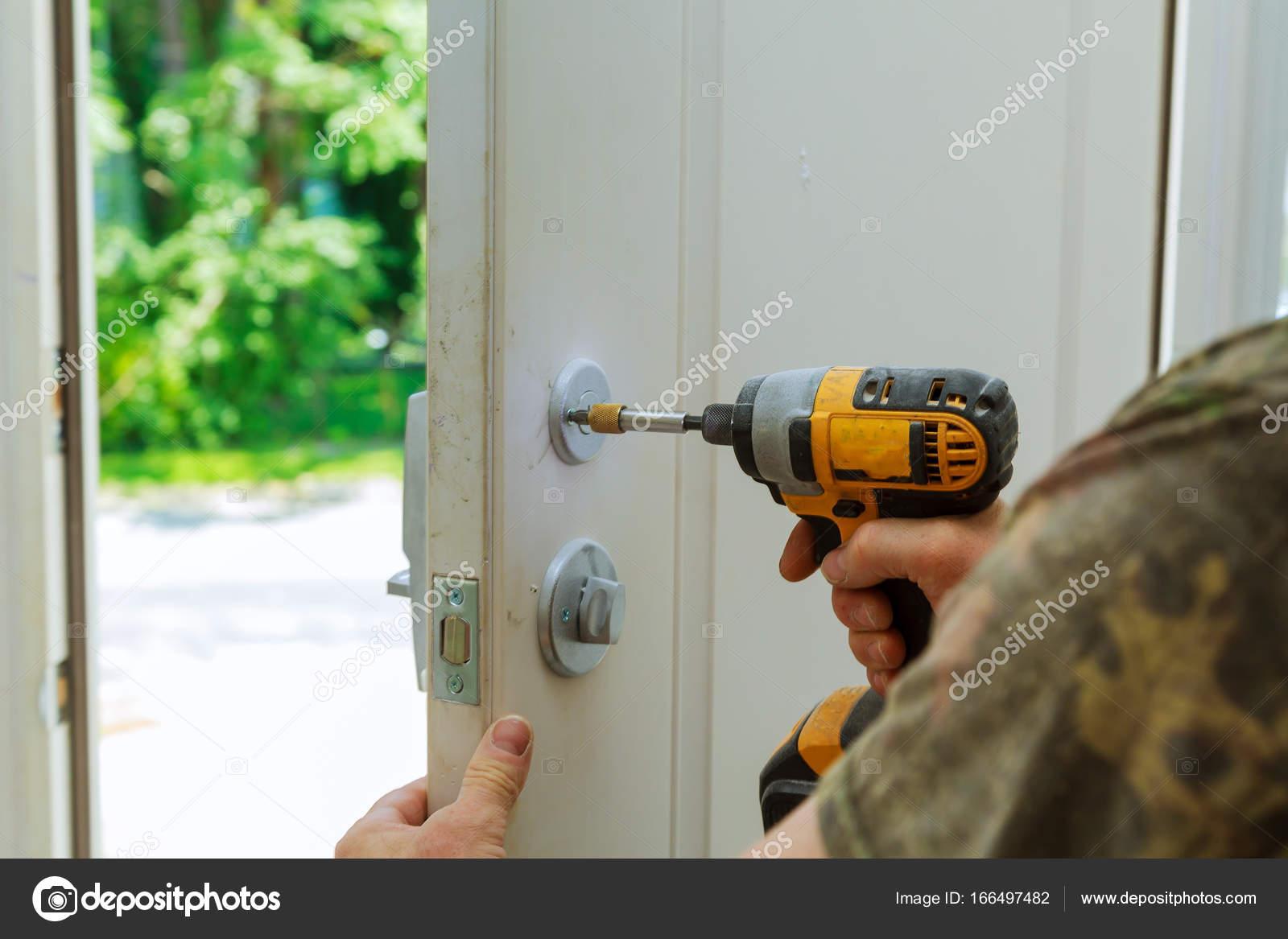 Instalación bloqueada las perillas de puerta interior, manos de ...
