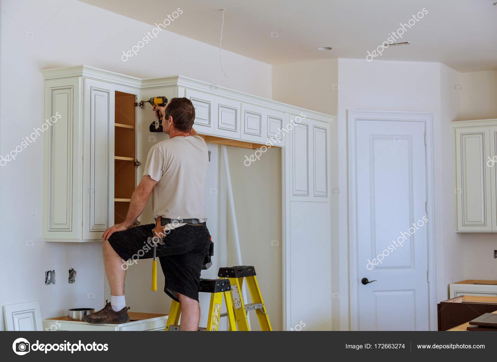 Installazione di porte su mobili da cucina — Foto Stock ...