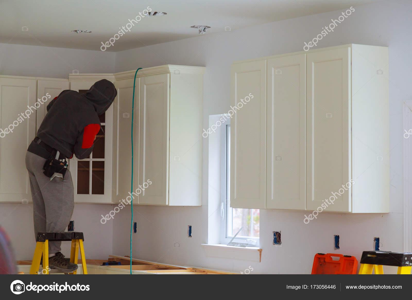 Artesano carpintero de cocina en el trabajo de servicio de ...