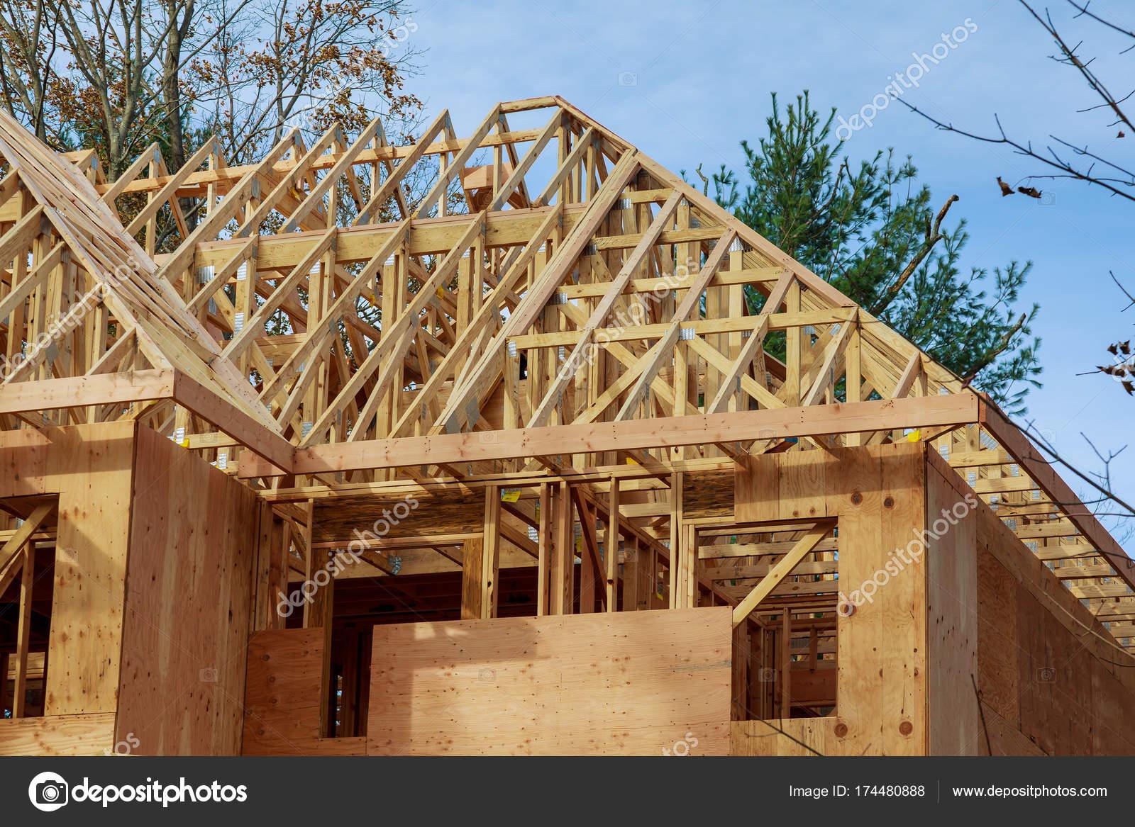 Das Haus Ist Neu In Holz Dach Neubau Nach Hause Stockfoto