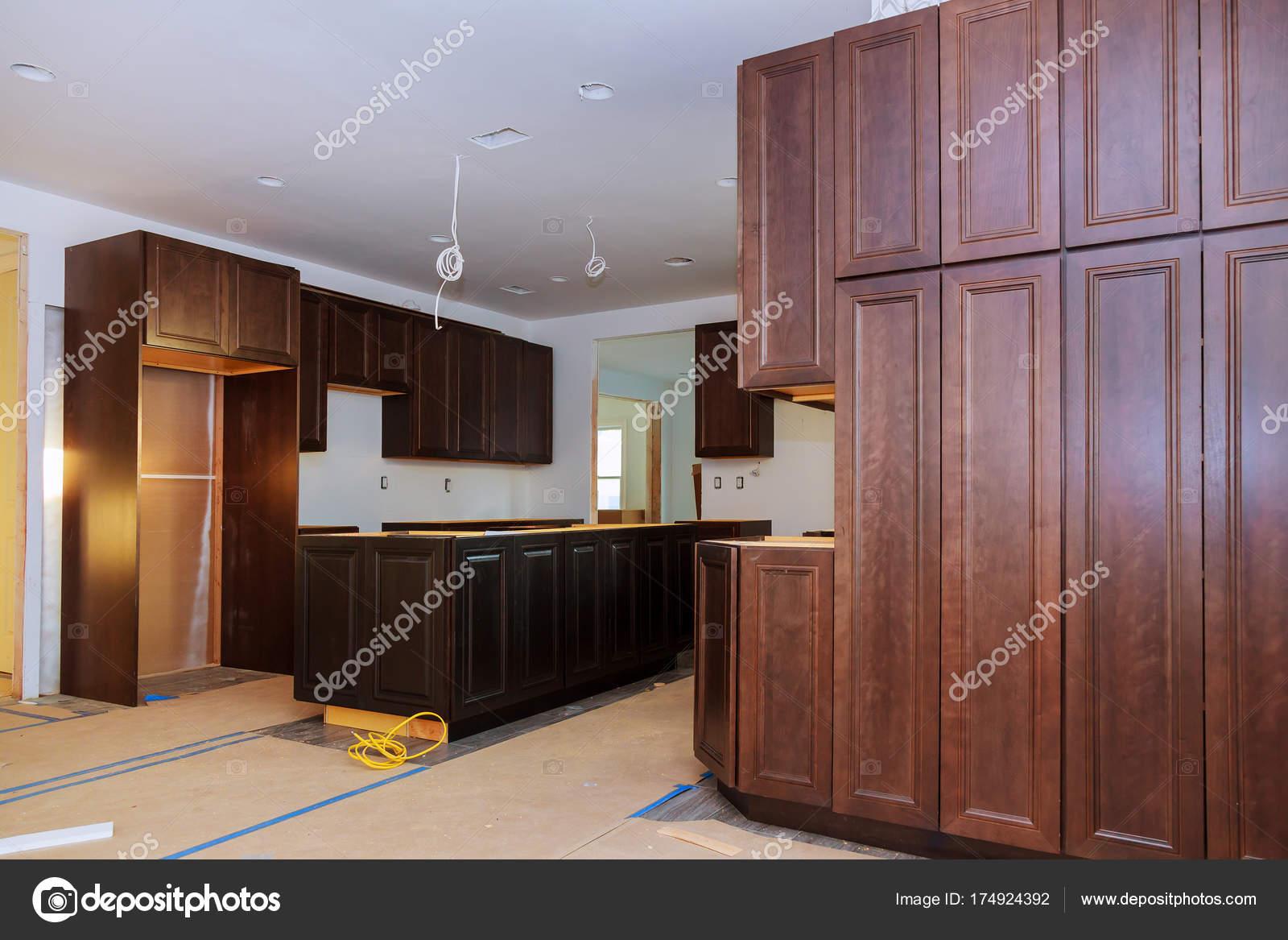Eigene Küche-Kabinette der Installationsbasis für Insel im Zentrum ...