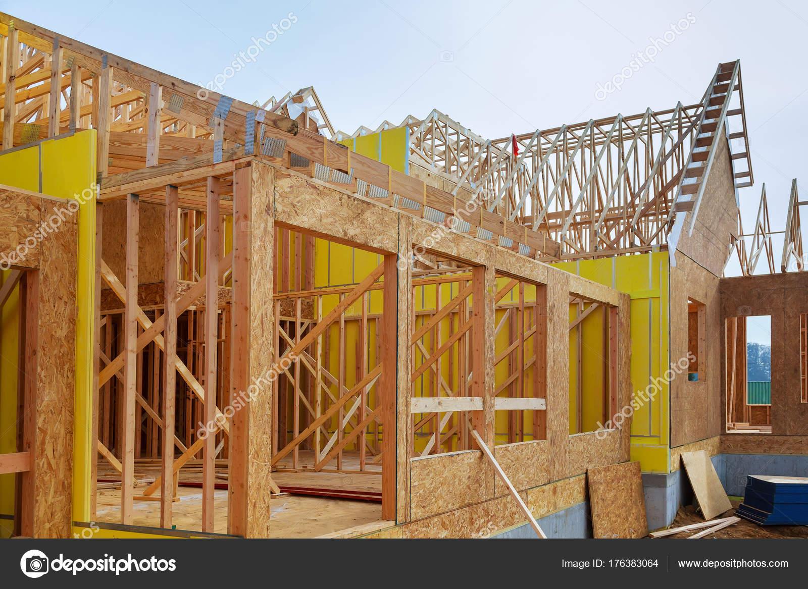 Een Nieuw Huis : Installatie van houten balken op de constructie van frame huis foto