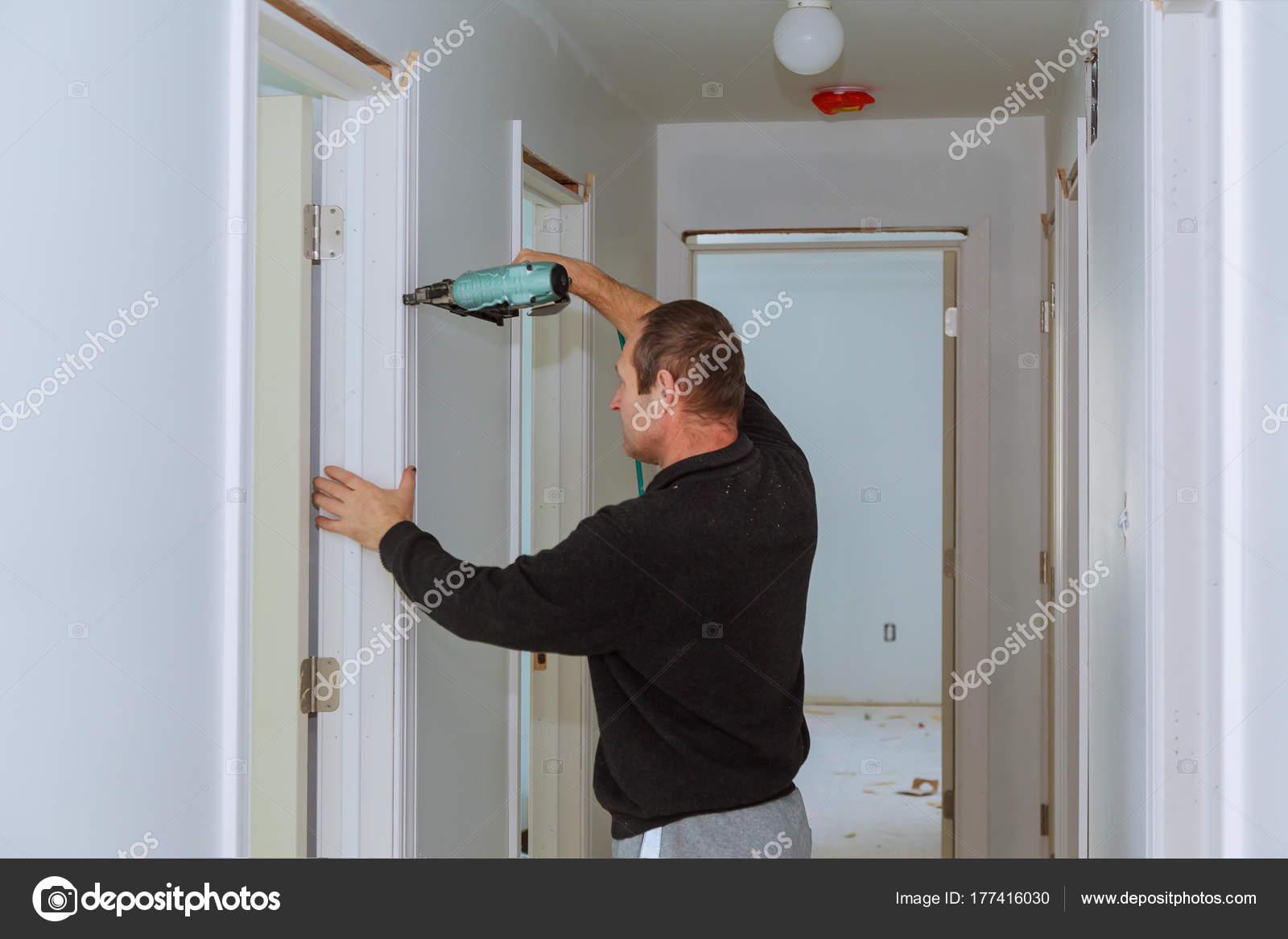Tischler Brad Nagelpistole an Formteilen an Türen, framing trim mit ...