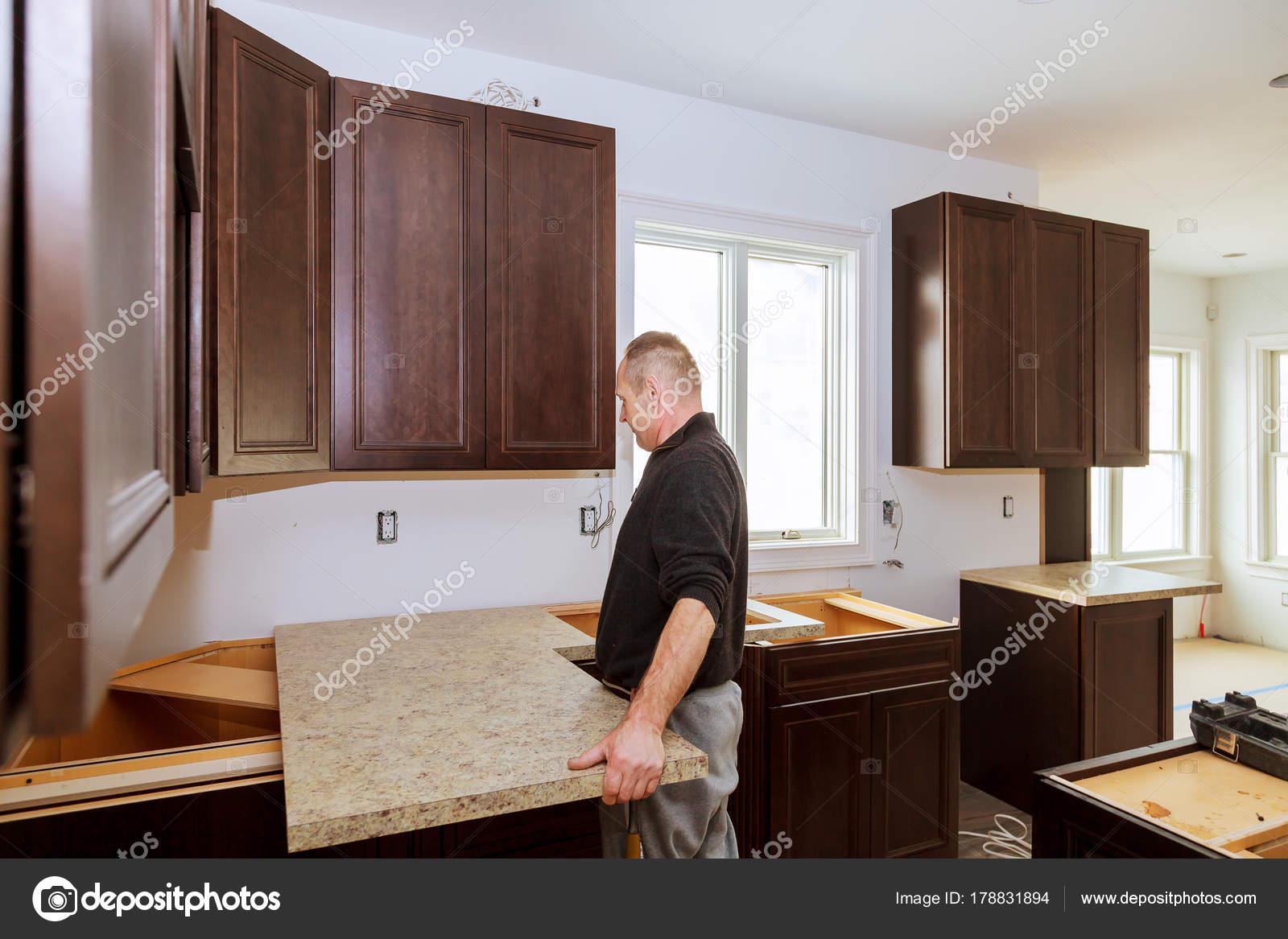 Auftragnehmer, die Installation eines neuen Laminat Küche ...