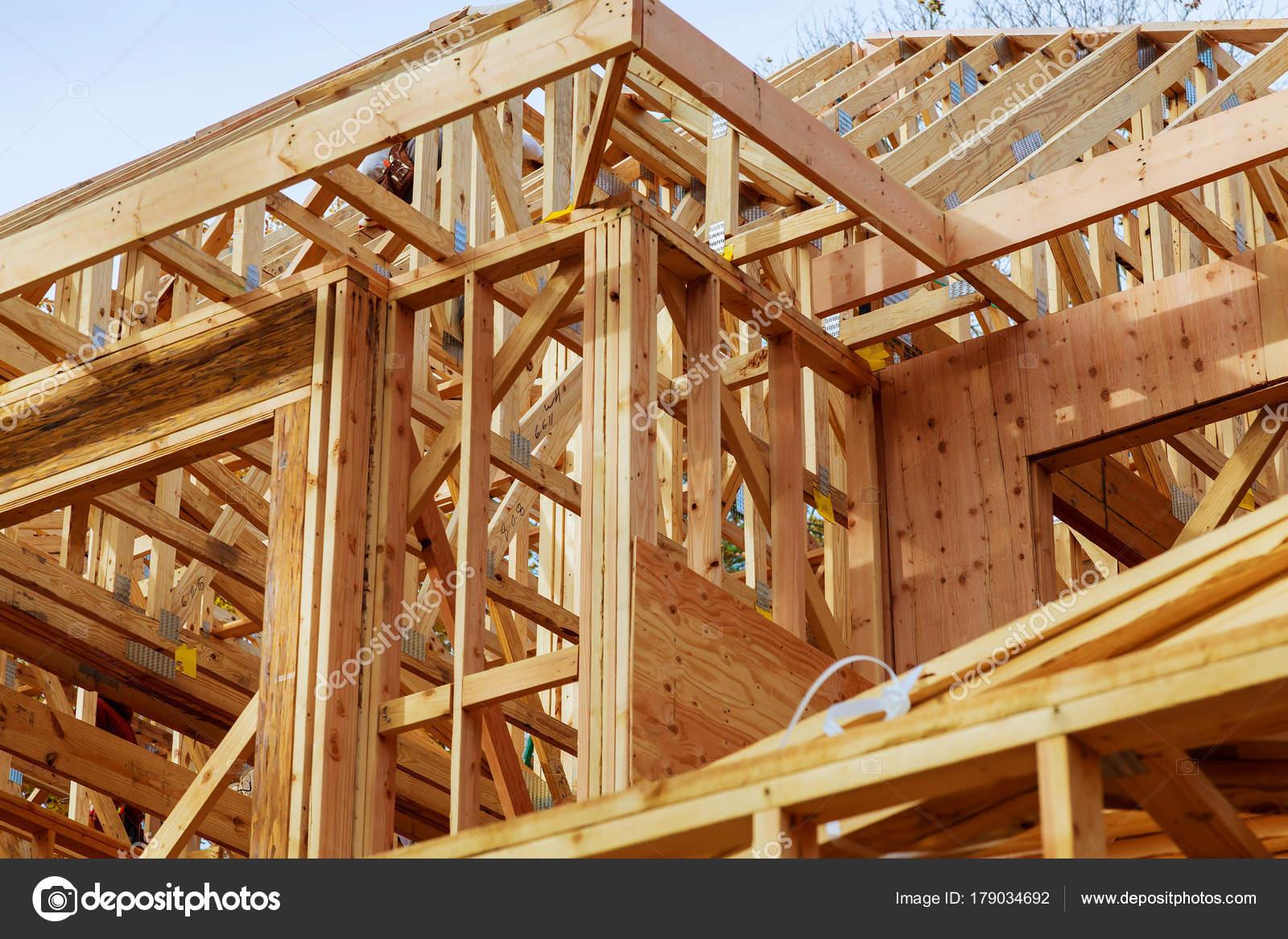 Primer plano de techo de gables casa palo construido en construcción ...