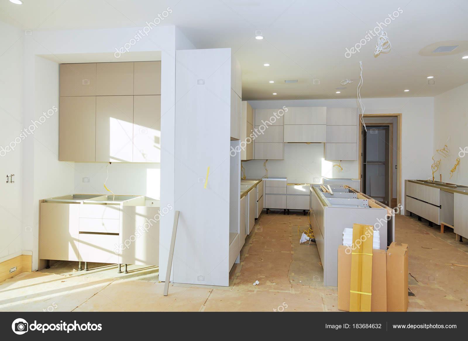 Einbau Küche Montage Regal in der Küche-Kabinett — Stockfoto ...