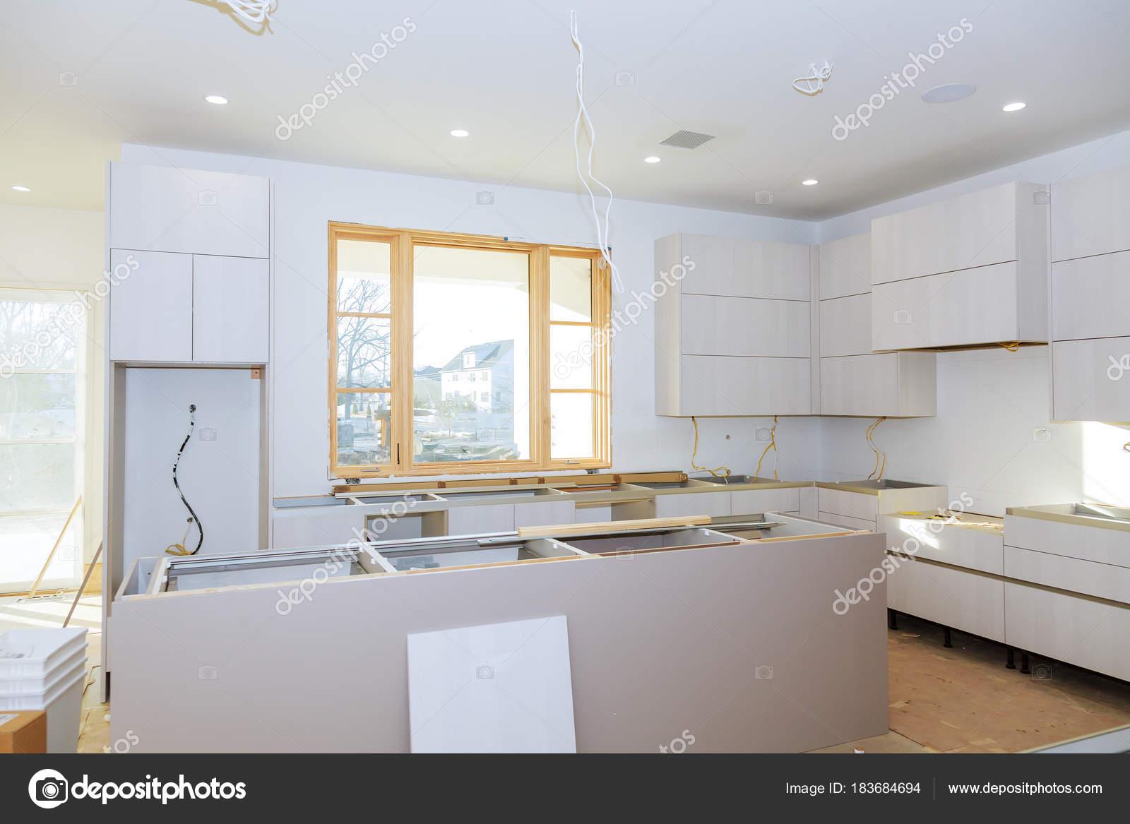 Mobile cucina con truciolare mensole con la porta aperta sulla ...