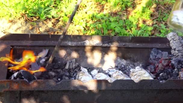 Uhel oheň gril, zblízka s plameny