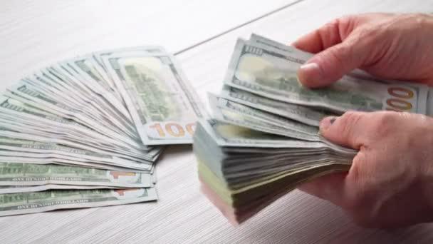 gros plan des mains m les nous compter les billets de dollar la table en face un comptable d. Black Bedroom Furniture Sets. Home Design Ideas