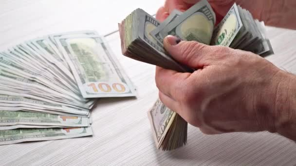 Podnikatel účetní počítá amerických dolarů účty