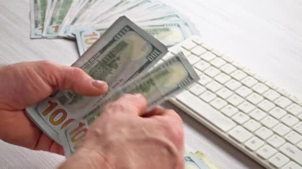 Člověk počítat peníze peníze v ruce. Ekonomika, úspora