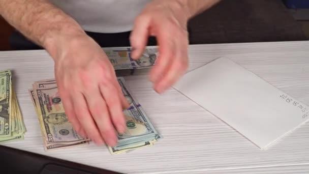 Férfi, gazdaság, és amely készpénz, hogy valaki a régi fából készült asztal, üzleti koncepció. Pénzt nekünk bankjegy.
