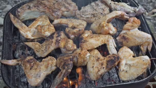 Csirke szárny és a főzés, szalonnasütés, Közelkép a lábak. Szabadtéri sütés-főzés