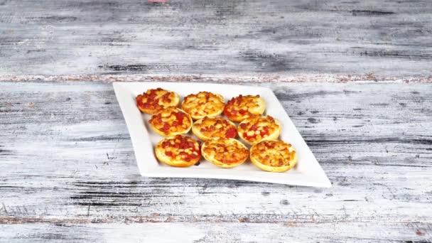 Deska mini pizzy, které jsou obsluhovány na stůl