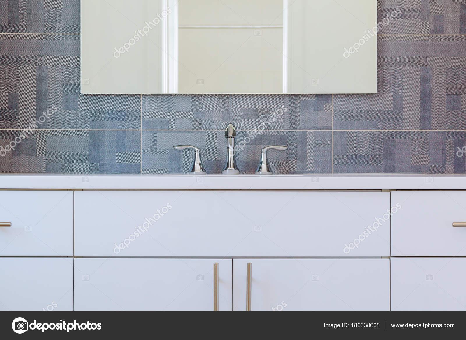 Intérieur granit salle de bains moderne avec baignoire et lavabo ...