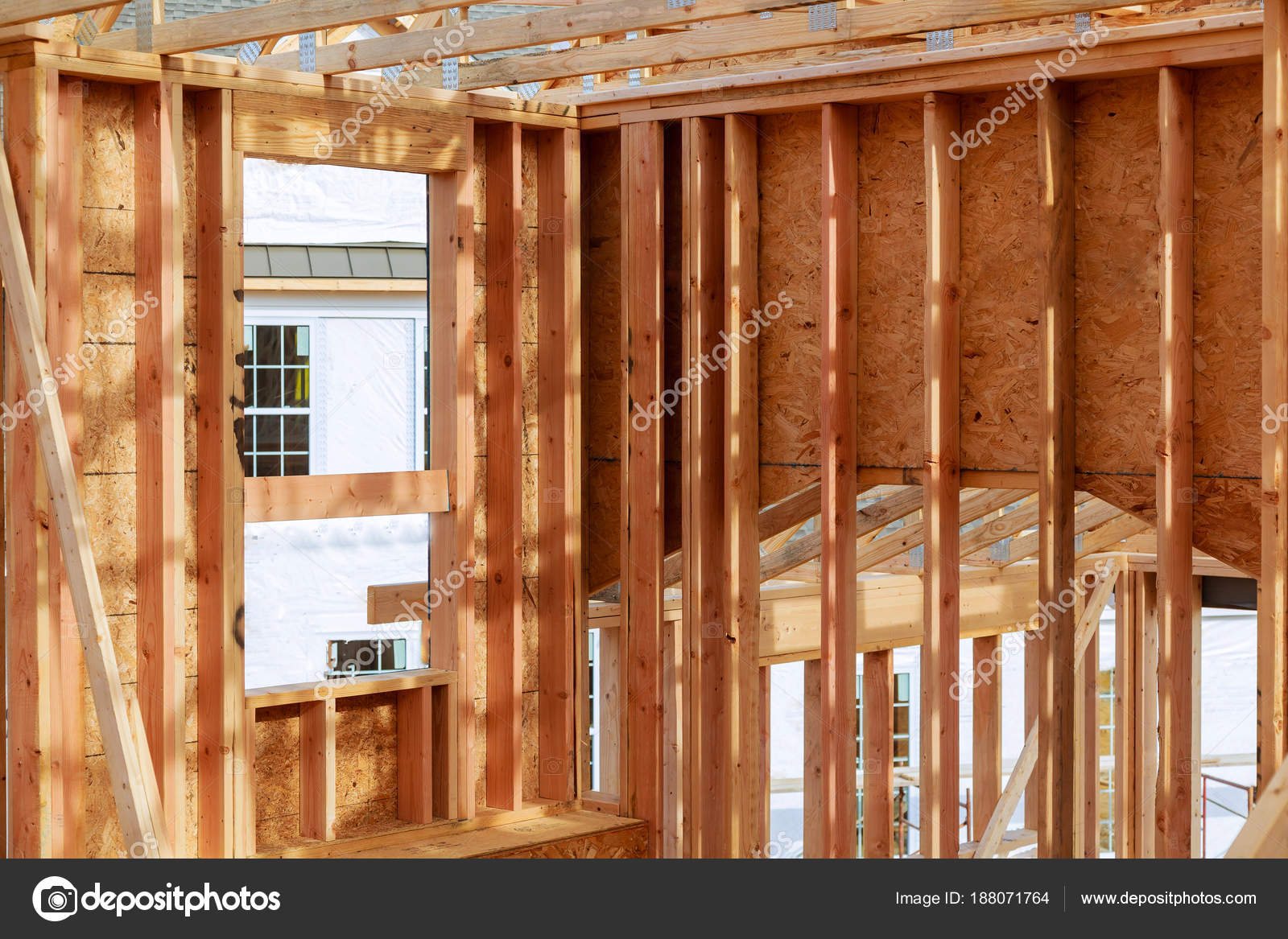 Casa de nueva construcción. construir con marco de madera del ...