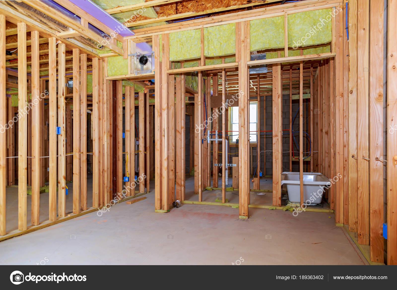 Onder De Kelders : Interieur wand framing met piping installatie in de kelder badkamers