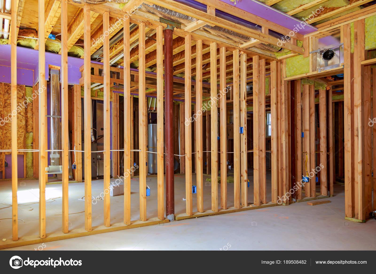 Aufbau der Rahmen eines Holzhauses. innerhalb des Rahmens. Platten ...