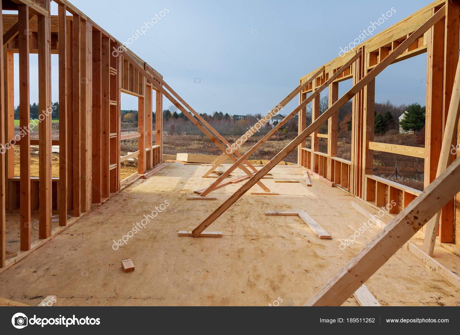 encuadre casa de nueva construcción residencial contra el cielo azul ...