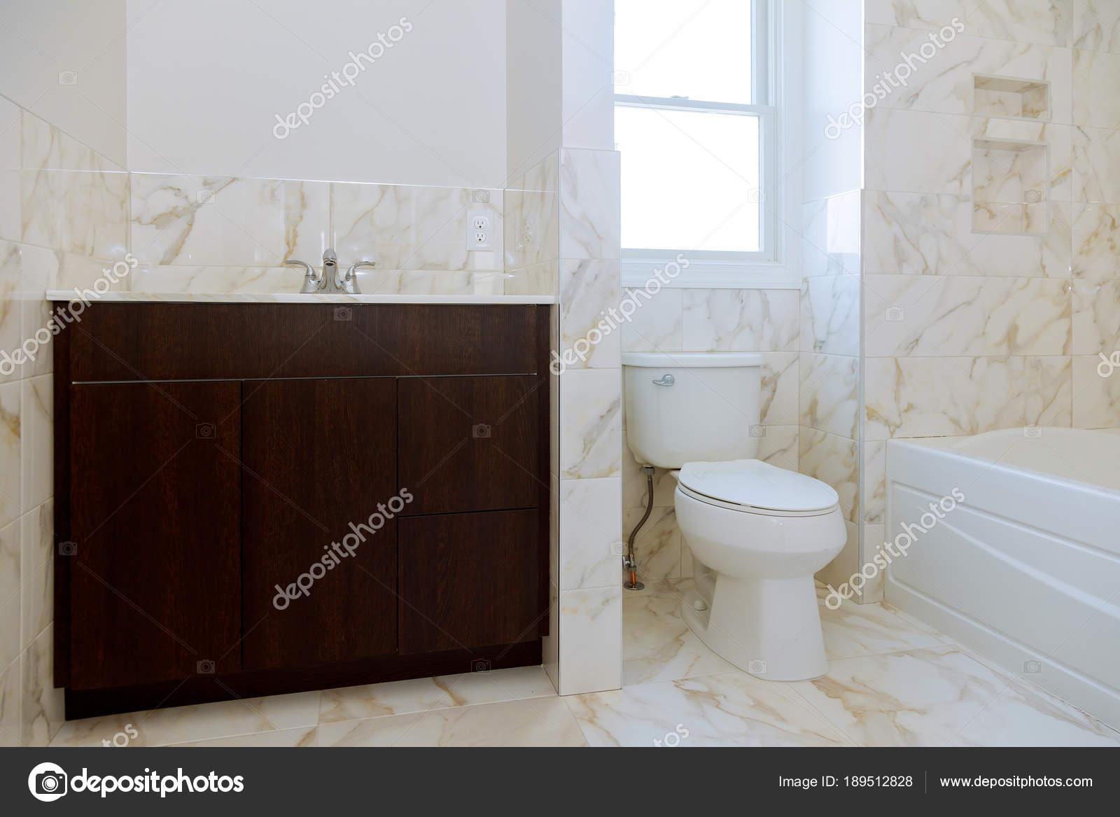 Cuarto de baño con cortina de ducha y lavabo mármol oval — Fotos de ...