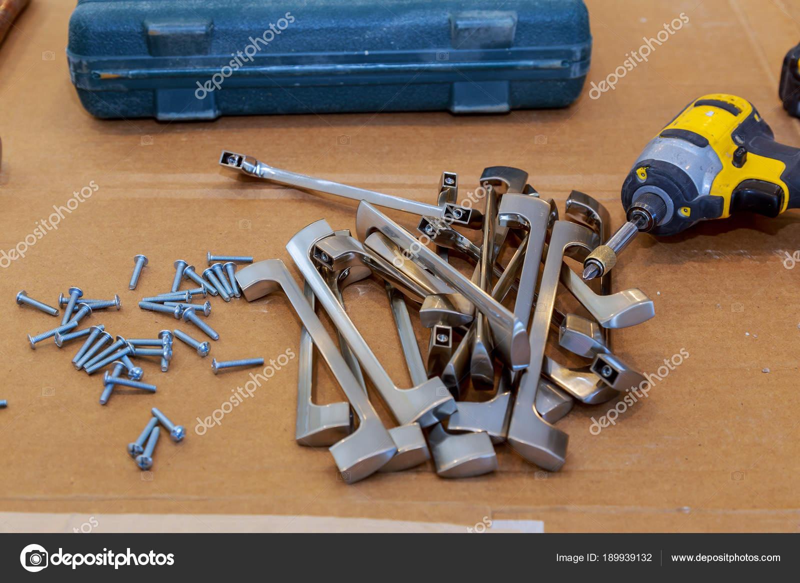 Accessori per mobili. Maniglie per mobili — Foto Stock © photovs ...