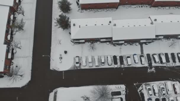 Winterstraße mit verschneiten Straßen mit Häusern