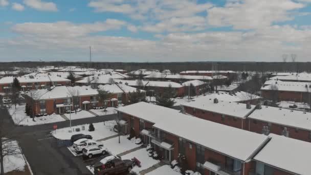 die winterlichen Wohnhäuser und Straßen aus der Höhe