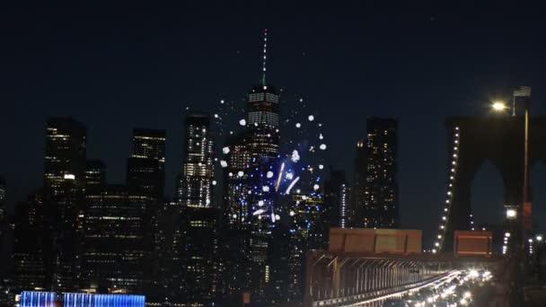 Incredibile scintillante fuochi dartificio Brooklyn Bridge al crepuscolo da New York City.