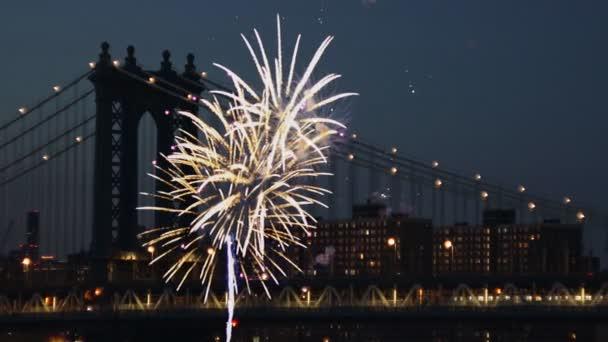 Úžasné šumivé ohňostroje Manhattan Bridge za soumraku v New Yorku.