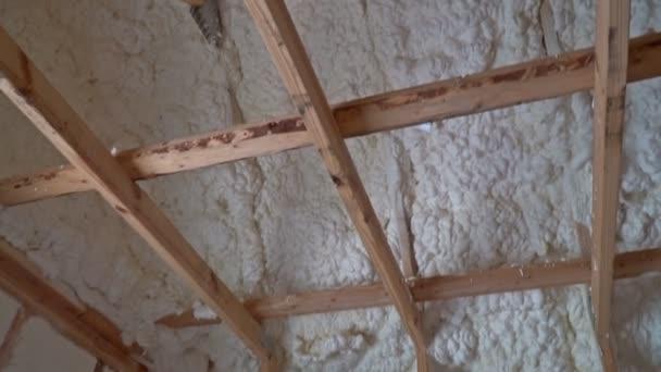 Nová výstavba domů s instalací instalace termal izolace v podkroví
