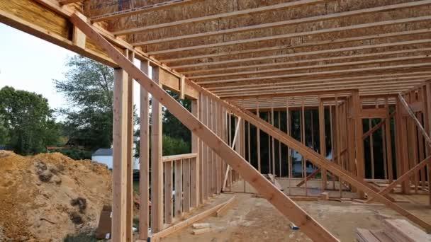 Interiér nového domácího dřevěného trámu na stavbě obytných domů