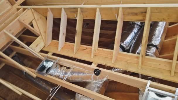 Klimaanlagen werden auf dem Dach des Hauses installiert