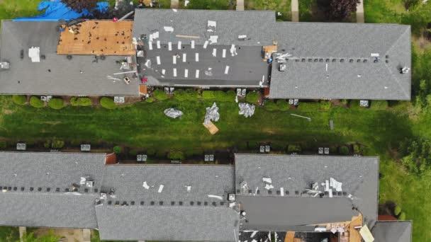 Střecha opravuje starou výměnu střechy s novými šindele bytu