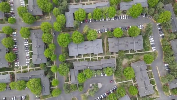 Parkoló a parkolóban légi kilátás nyílik a kertvárosi terület apartman én marad otthon koncepció az önálló elszigeteltség idején Covid-19 Coronavirus pandemic