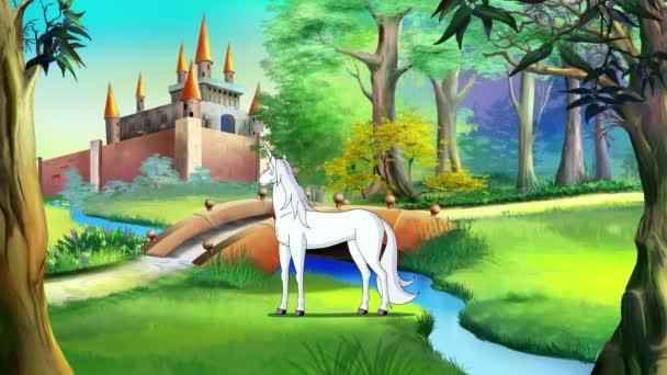 Bílý jednorožec poblíž hradem z pohádky