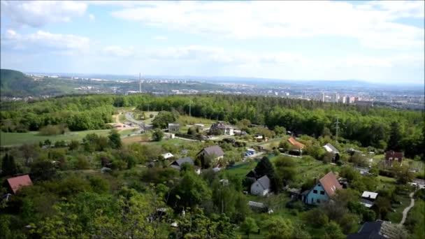 pohled z věže na malé městské město slunečný den modrá obloha jednoduché léto evropa Česká republika