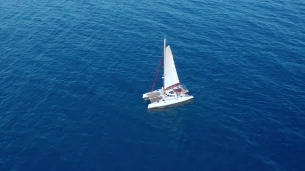 Légifelvétel. Nagy vitorlás katamarán a nyílt tengeren.