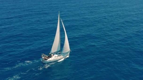 Jachta plující na otevřeném moři. Plachetnice. Jachtařské video. Jachta shora. Jachting za větrného dne. Jachta. Plachetnice.
