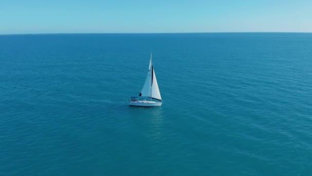 Letecký pohled. Velká plachetnice projíždějící oceánem za slunečného dne