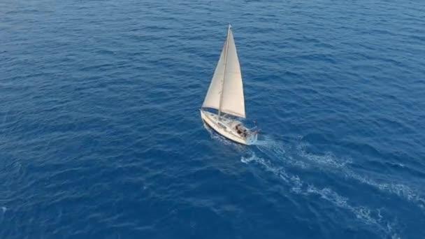 Letecký pohled. Jachta plachtění na otevřeném moři za slunečného větrného dne.